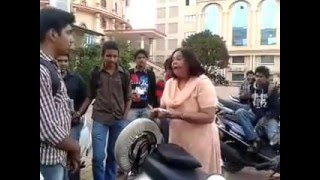Video Aunty threatening and bashing a college guy at MIT Pune download MP3, 3GP, MP4, WEBM, AVI, FLV April 2018
