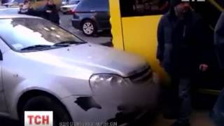 Руками перенесли авто, которое заблокировало движение