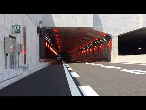 トンネル区間入り口の「赤色警告灯」点灯シーン