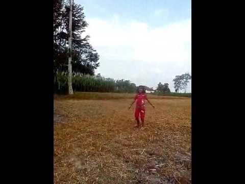 Mirza Alya Mazaya Muna Saat Bermain Di Sawah Desa Pulerejo
