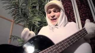 Munamies soittaa bassoa