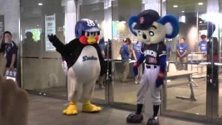 つば九郎&ドアラwithスラィリーの開場前グリーティング@オールスター 札幌 2013.07.19