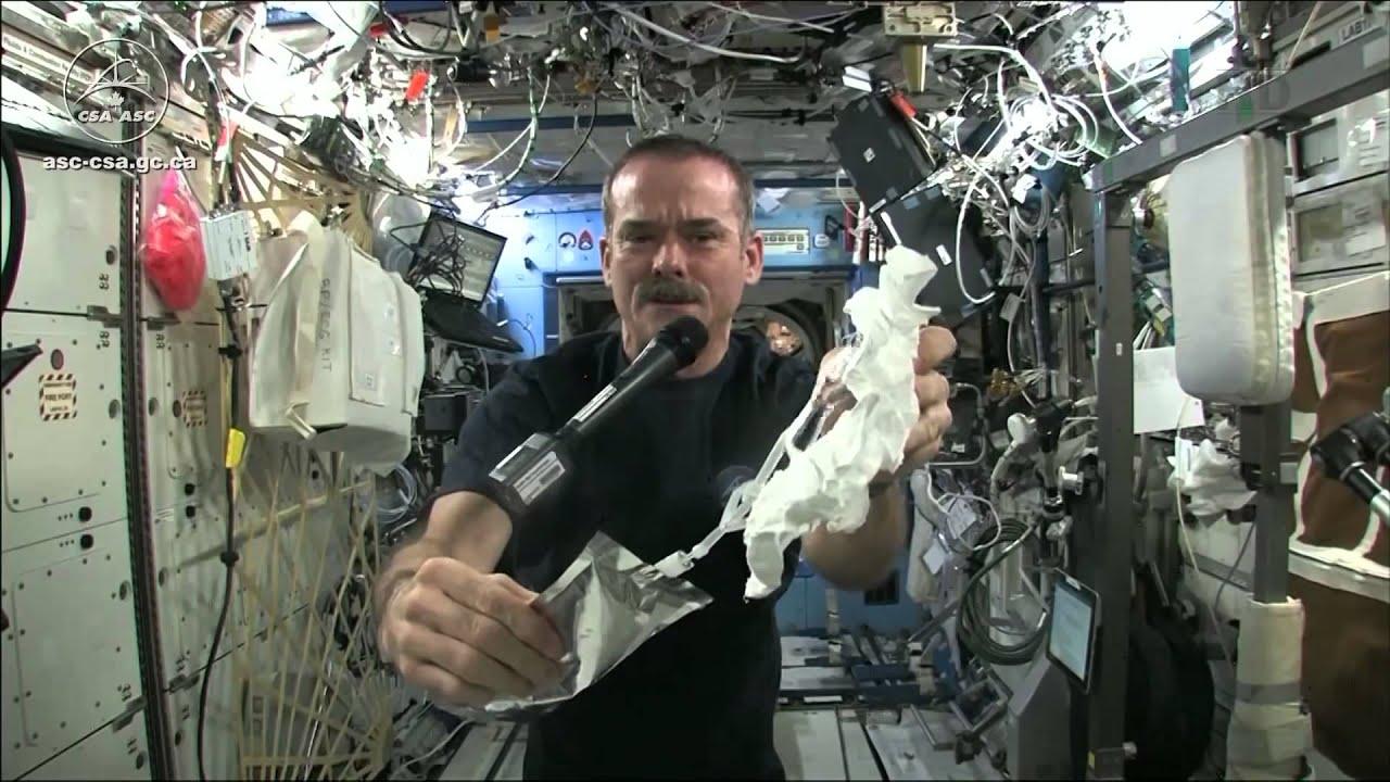 סחיטת מגבת ספוגה במים בתחנת חלל