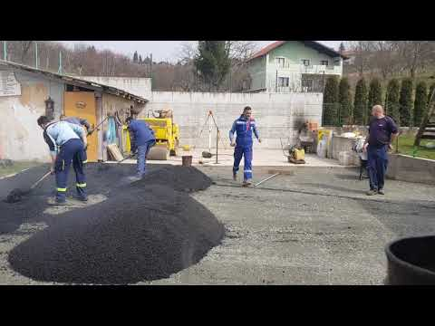 Pređo vadi špek po vrucem asfaltu