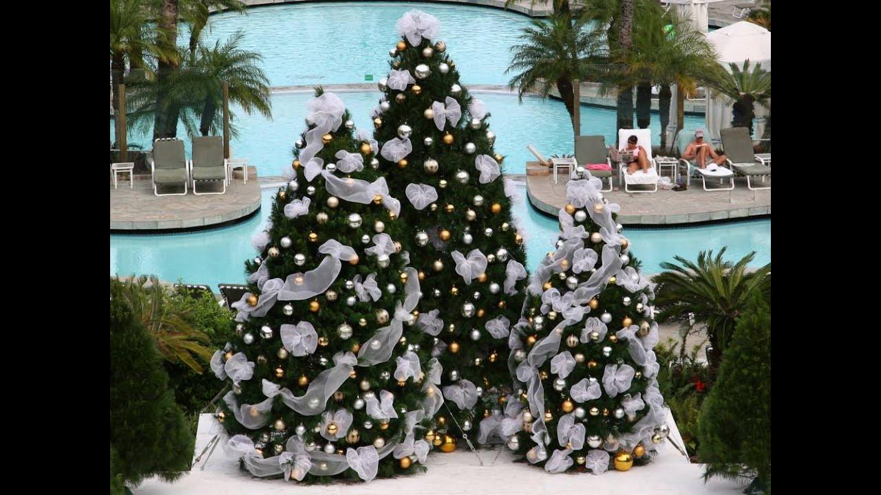 Дизайн украшения новогодней мишурой и шарами комнату