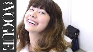 【ヘアアレンジ】KOuKAと森星が魅せるトレンドヘアのためのワンポイント。_Vogue Japan 森星 検索動画 25