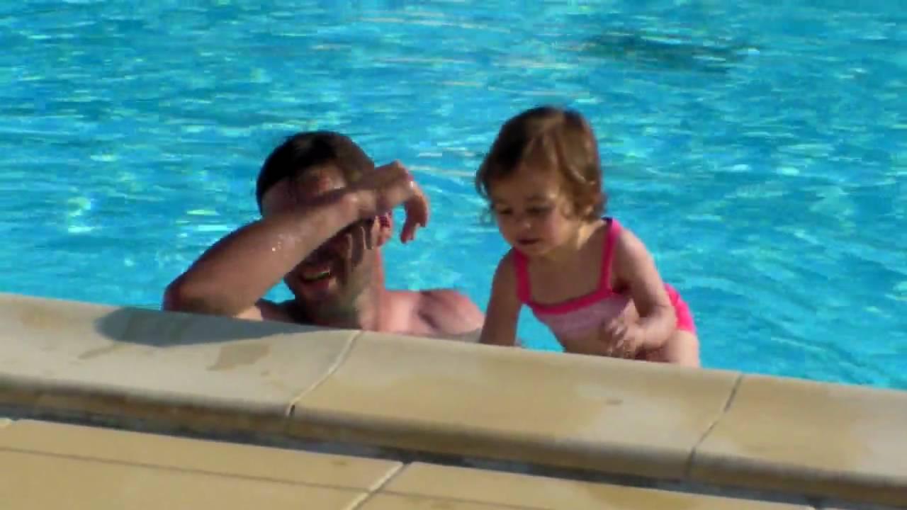 Papa louise nino la piscine youtube - Papa cochon a la piscine ...