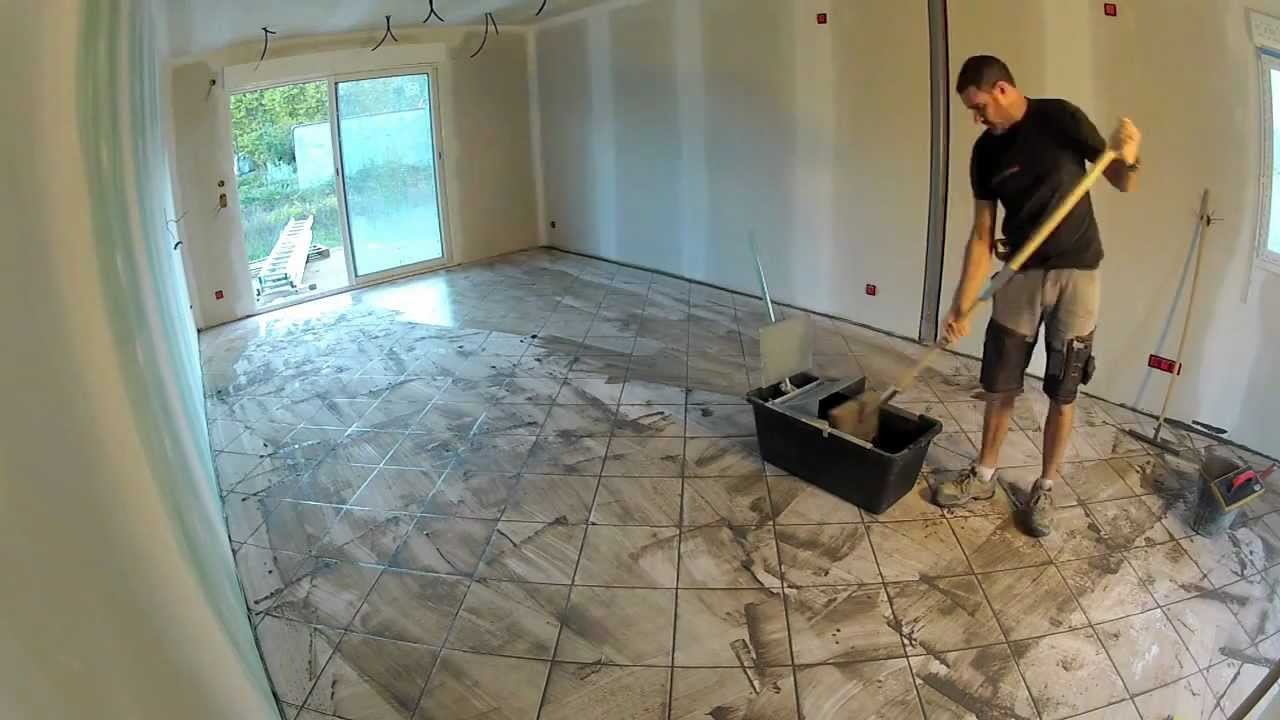 Comment faire des joints de carrelage youtube for Carrelage sol interieur 60x60