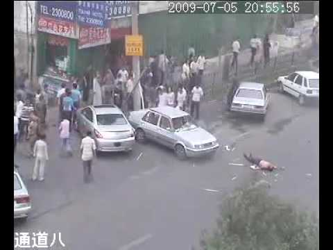 Uyghur terrorists killing an innocent driver in Xinjiang 维族暴徒打死私家车司机