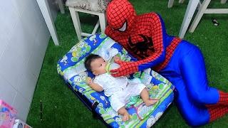 SIÊU NHÂN Người nhện làm bác sĩ - người nhện cho em bé bú sữa trong cái nôi đầy banh