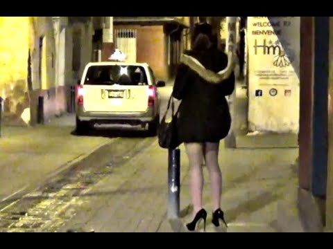 CROSSDRESSER WALKING IN THE NIGHT ON MINI SKIRTKaynak: YouTube · Süre: 1 dakika13 saniye