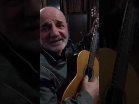 Пожилой кавказец отжигает на гитаре