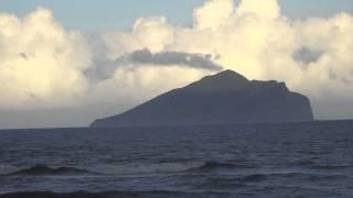 1041003奇怪的現象:龜山島的山頂不斷有烏雲冒出