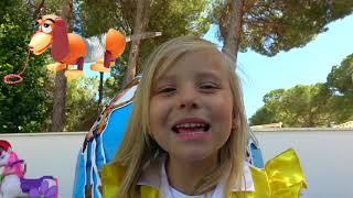 Alicia juega con nuevos juguetes de dibujos animados Toy Story