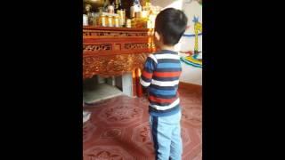 Bé trai 3 tuổi đọc kinh lạy cha