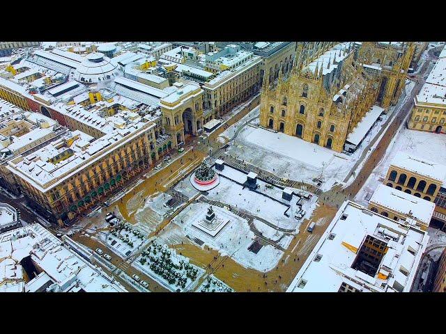 Bella Milano sotto la neve. Milanesi. Vista dal cielo alla citta imbiancata. Duomo. Porta Nuova.