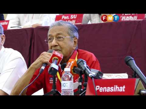 Dr M makes surprise appearance at DAP National Conference