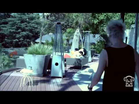 5SOS gives Smallzy a tour of their LA pad! - NovaFM