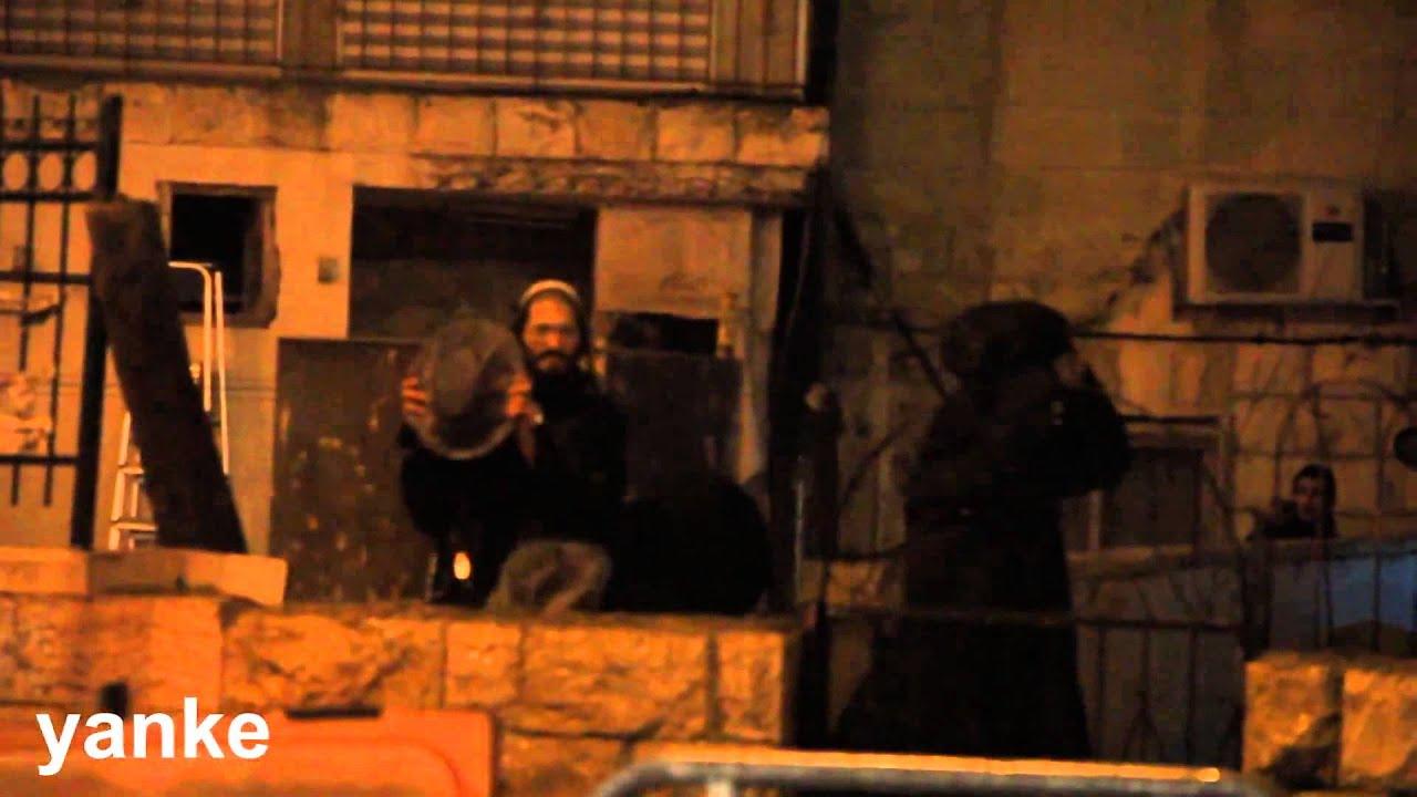 חרדי חוטף לפרצוף זרנוק מים ממכטז משטרתי ושוטרים ומגבונים נותנים מכות לכל עובר ושב!