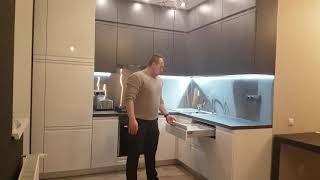 Кухня з фарбованими фасадом і фартухом з нержавіючої сталі, від WoodElit.
