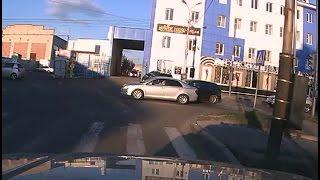 Лихач, обгоняя всех по встречной полосе, повредил попутную машину.MestoproTV