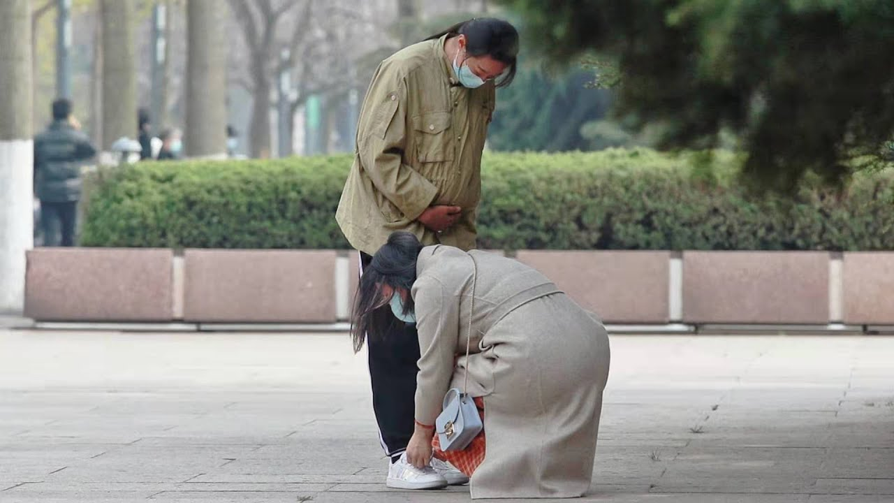 Pregnant Woman Has Trouble Tying Shoelace (Social Experiment) 当孕妇无法低头系鞋带... #Shorts