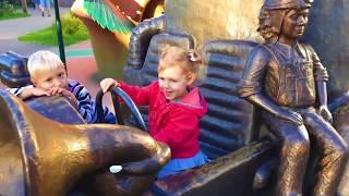 Ваня и Маруся в детском парке
