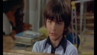 """""""Игрушка"""" (1976) Пьер Ришар делает газету"""