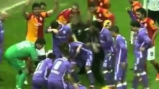 Didier Drogba queda inconsciente en pleno partido