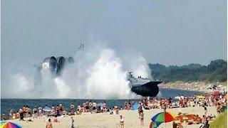 【すご過ぎる】 海水浴客でにぎわうビーチに突然、超巨大なロシア揚陸艦 thumbnail