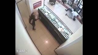 Парень вырубил грабителя в Челябинске, а потом спас ему жизнь(Грабитель ворвался в ювелирку и почти сразу был «выключен» случайным посетителем. Подробности: http://hornews.com/ne..., 2015-04-19T16:46:07.000Z)