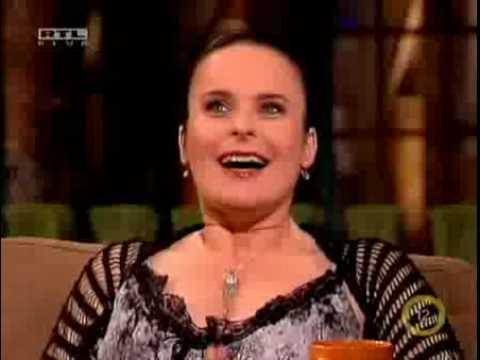 Jóbarátok magyar szinkronhangjai az Esti Showder-ben (Phoebe, Monica, Rachel)