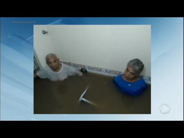 Idoso de 101 anos é resgatado de enchente com água na altura do peito