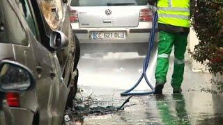 شاهد: حملة تنظيف لشوارع باريس بعد أيام صاخبة من الاحتجاجات…