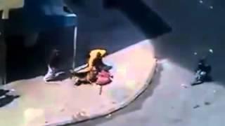 Pies atakuje agresywnego mężczyzne.