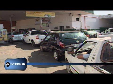 Dia de filas de carros nos postos antes do reajuste no preço dos combustíveis