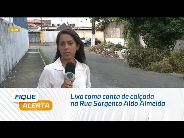 Lixo toma conta de calçada na Rua Sargento Aldo Almeida, no Pinheiro