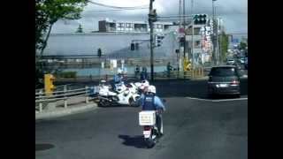 2012/09/18 交番バイクと白バイがすれ違いざまに挨拶を交わす thumbnail