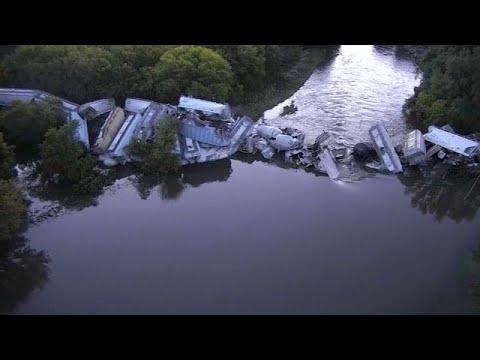 شاهد: خروج قطار عن مساره وسقوط عرباته في نهر فلويد بولاية أيوا…  - نشر قبل 2 ساعة