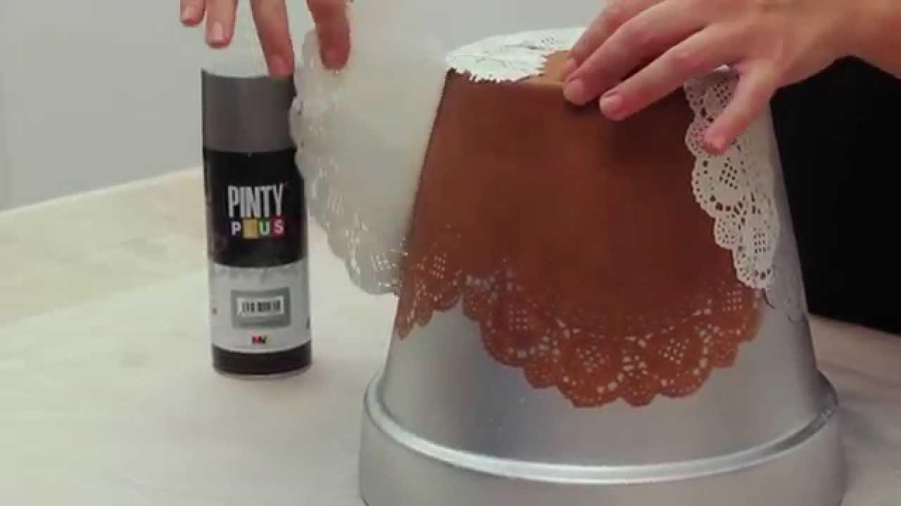 Pintamos una maceta con stencil y pintura en spray youtube for Como pintar jarrones de ceramica