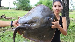 Primitive Technology: Survival skill cooking stingray in forest | Giant Sea food
