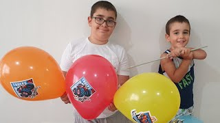 Buğra Hot Wheels Balonları Sakladı Berat Patlattı. Eğlenceli Çocuk Videosu