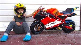 اشترى سينيا دراجة أطفال صغيرة! لم تر مثل هذا الشيء قط! دراجة صغيرة للأطفال