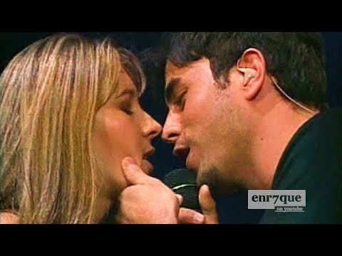 Enrique Iglesias LIVE kissing a fan