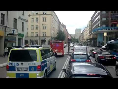 Polisen kör mot trafiken med blåljus o sirener i Stockholm City (Swedish Police and fire department)
