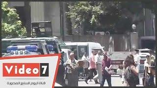 """قوات الأمن تغلق عبد الخالق ثروت والطلاب يهتفون: """"سلمية"""""""