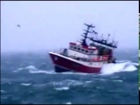 bateau de peche dans la tempete