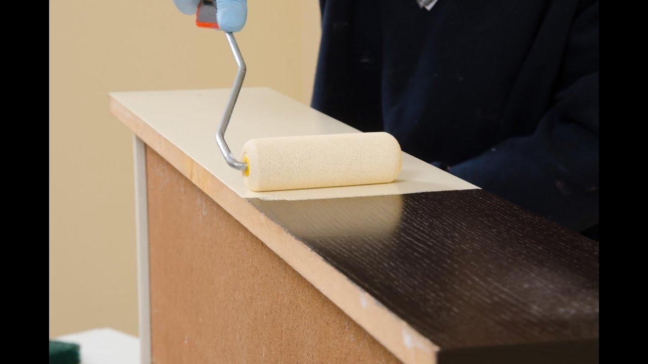 Verniciare i mobili della camera in legno microlegno