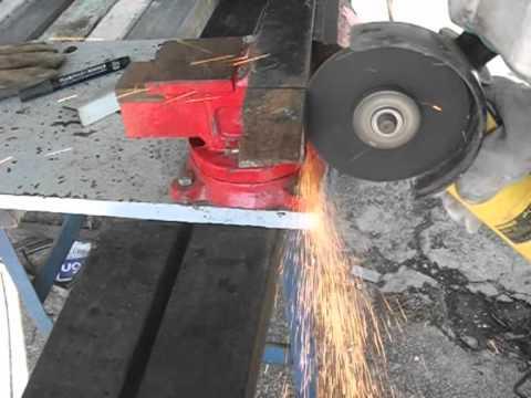 corte de perfil de hierro en ngulo con amoladora o
