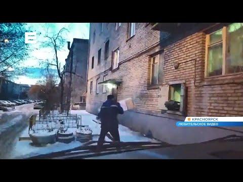 Житель Красноярска заснял, как сотрудник «Почты России» небрежно кидает посылки